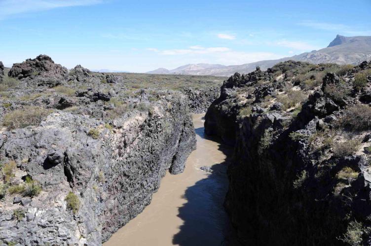 "River border between asphalt and ""ripio"""