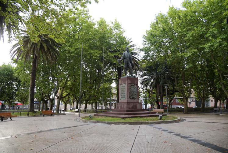 The typical statue in the center of the square