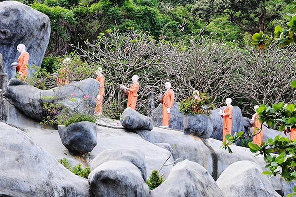 Pilgrim monks statues to the Buddha