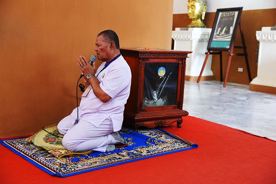 Monk inside Wat Mongkhon Bophit