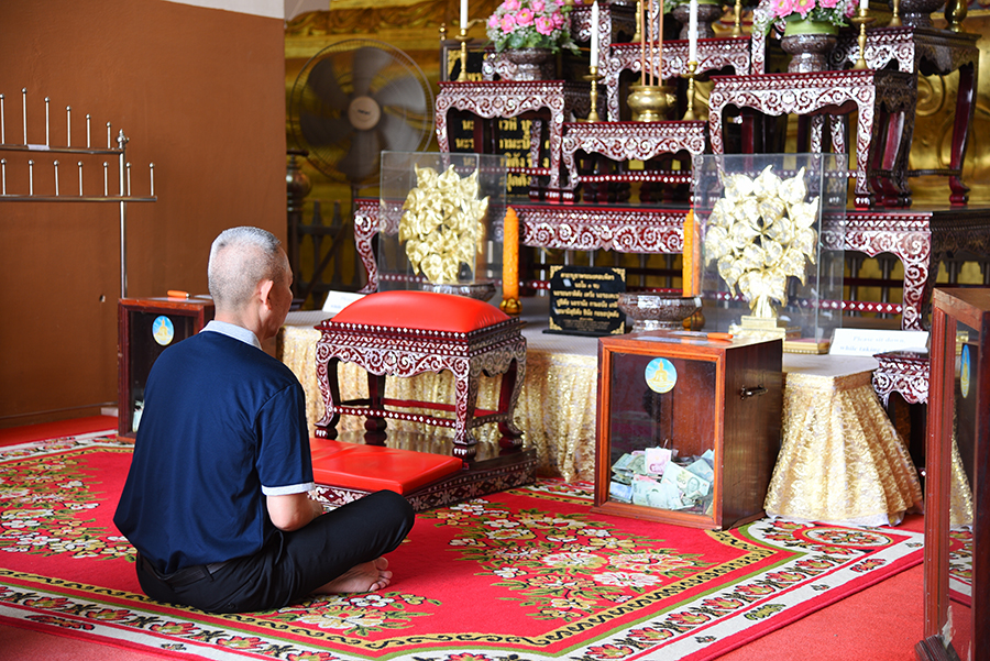 Man praying at Monk inside Wat Mongkhon Bophit